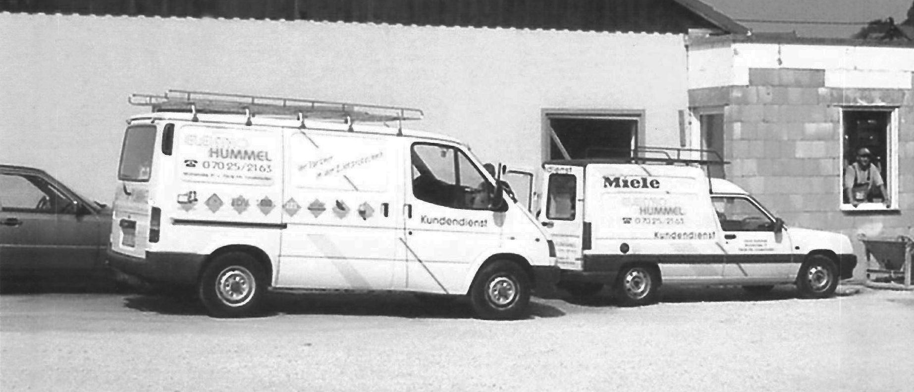 HUMMEL_Systemhaus_geschichte_Firmenauto_vor_Baustelle_schmal ...