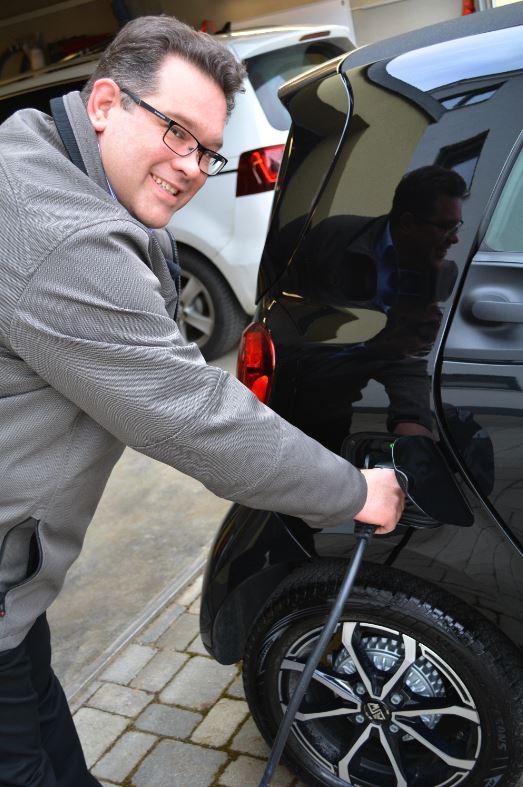 Bürgermeister Blessing beim Laden seines Elektroautos