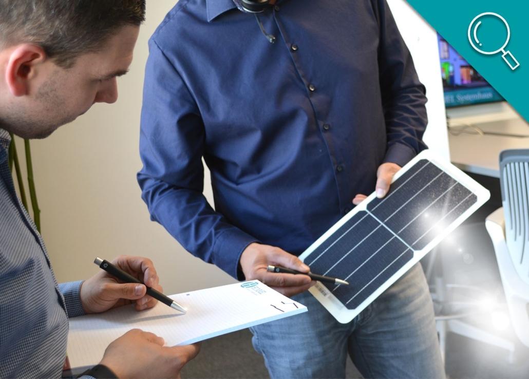 zwei Mitarbeiter besprechen Solarenergie