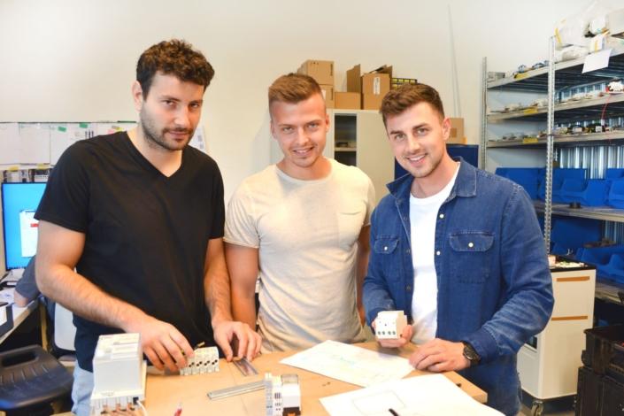 Drei Schüler erstellen eine Wallbox in der Werkstatt
