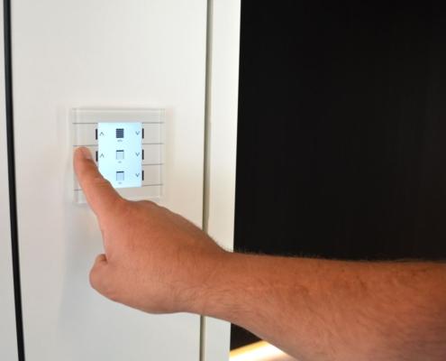 Lichtschalter mit Display für verschiedenen Optionen für das Verdunklen der Fenster
